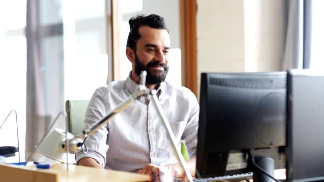 lyckliga kreativa manliga kontorist med dator - man architect computer bildbanksvideor och videomaterial från bakom kulisserna