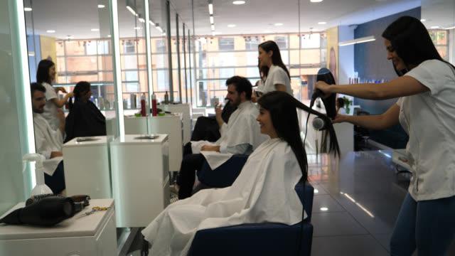 ヘアサロン ヘアスタイルを得ることで顧客の満足 - 美容院点の映像素材/bロール