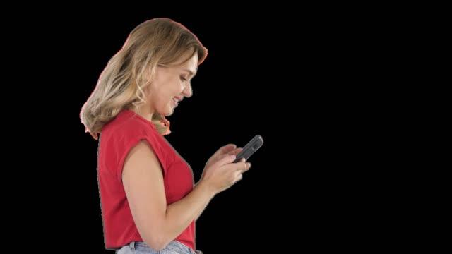 Feliz joven hermoso Linda jugar juegos por teléfono móvil, canal de la alfa - vídeo