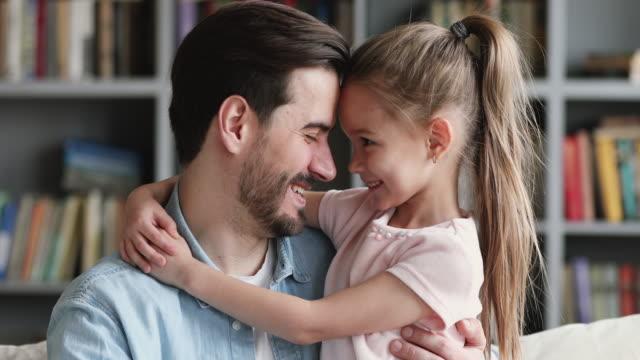 vídeos de stock, filmes e b-roll de pai feliz e filha criança bonita abraçando olhando para a câmera - fathers day