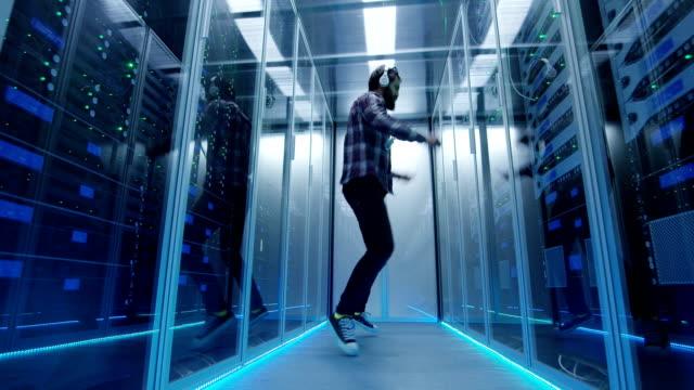 stockvideo's en b-roll-footage met gelukkig dansen ingenieur in serverruimte - datacenter