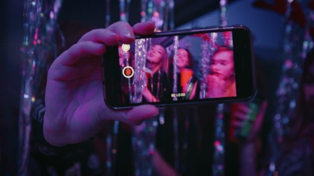 スマート フォンの画面で見られる幸せ踊るティーンエイ ジャー - セルフィー点の映像素材/bロール
