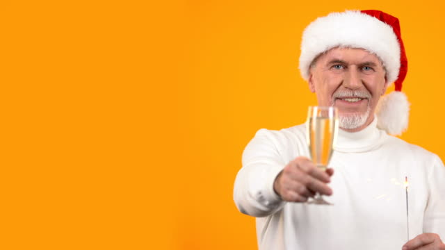 glücklich erfreut mann santa hut toasten weinglas hält bengalische licht, vorlage - champagner toasts stock-videos und b-roll-filmmaterial