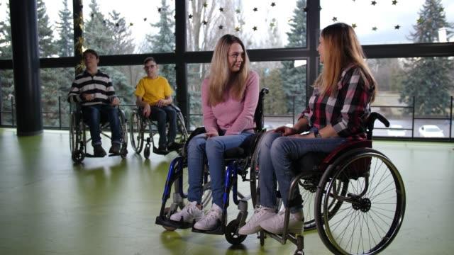 幸せな障害者が喜んでコミュニケーションを取る - disabilitycollection点の映像素材/bロール