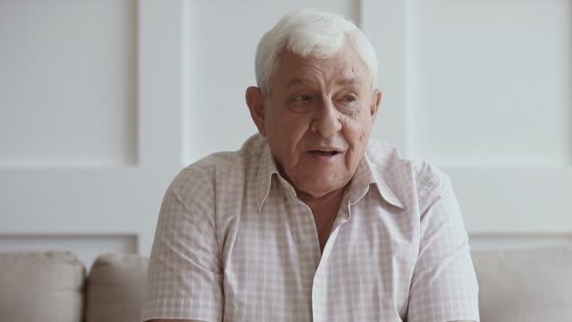 glücklicher älterer mann im gespräch mit kamera, vlog oder skype anruf - kamera stock-videos und b-roll-filmmaterial
