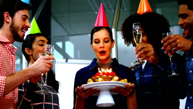그들의 동료의 생일을 축 하 하는 행복 한 경영진 - 20 29세 스톡 비디오 및 b-롤 화면