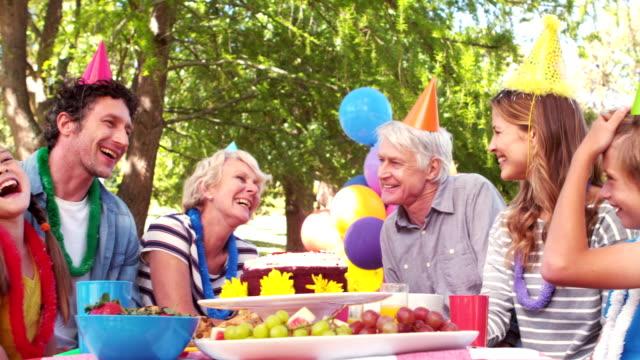 幸せな家族の誕生日のお祝い ビデオ