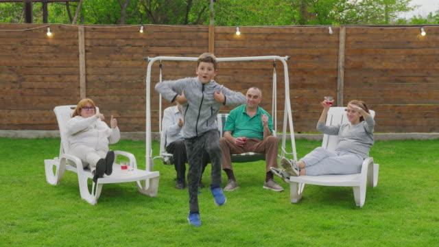 Gelukkige familie die partij viert. Genieten van de viering op Evening Garden Party Celebration. video