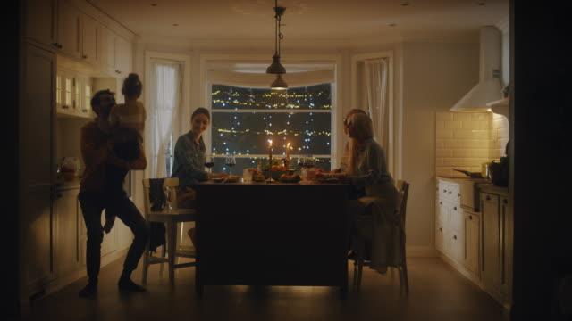 vídeos de stock, filmes e b-roll de família feliz celebrando juntos, sentados à mesa comendo delicioso jantar. criança, jovem marido, esposa, avô e avó, contando histórias, brincando, se divertindo, sendo alegre - jantar