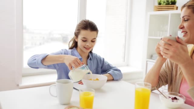 lycklig familj att ha frukost hemma kök - parent talking to child bildbanksvideor och videomaterial från bakom kulisserna