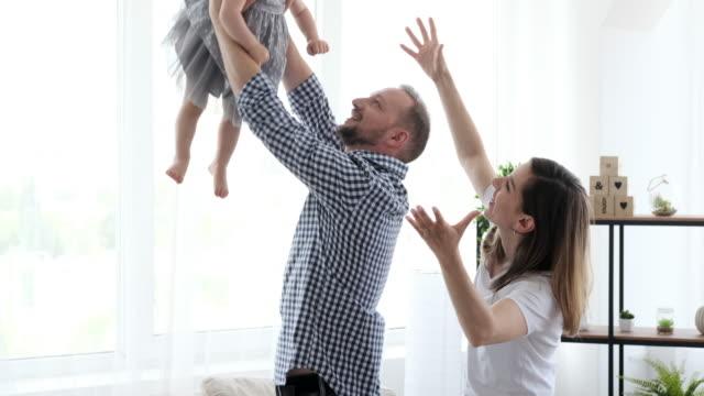 lycklig familj ha kul hemma - enbarnsfamilj bildbanksvideor och videomaterial från bakom kulisserna