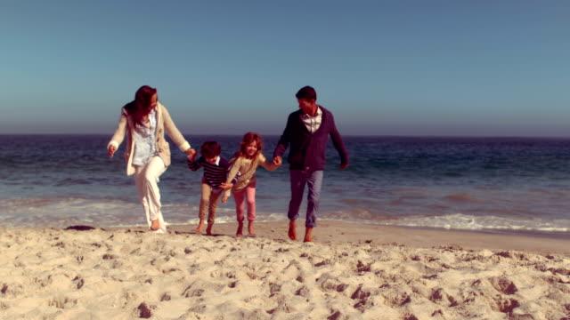 famiglia felice che si diverte - quarantenne video stock e b–roll