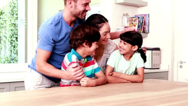 Glückliche Familie Umarmen in der Küche – Video