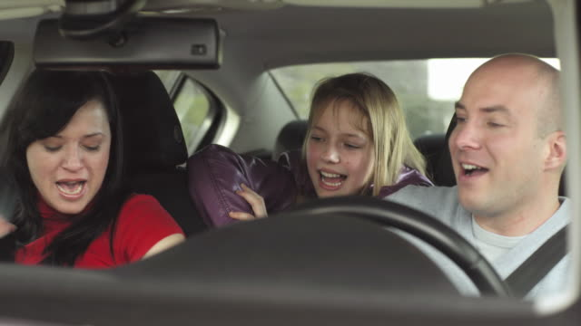 HD: Familia feliz en coche - vídeo