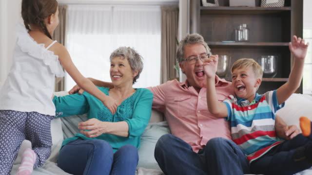 szczęśliwa rodzina w domu - dziadek i babcia filmów i materiałów b-roll