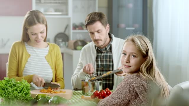 vídeos de stock, filmes e b-roll de família feliz na cozinha doméstica - comida feita em casa