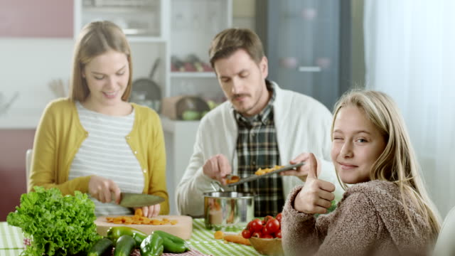 Família feliz na cozinha doméstica - vídeo