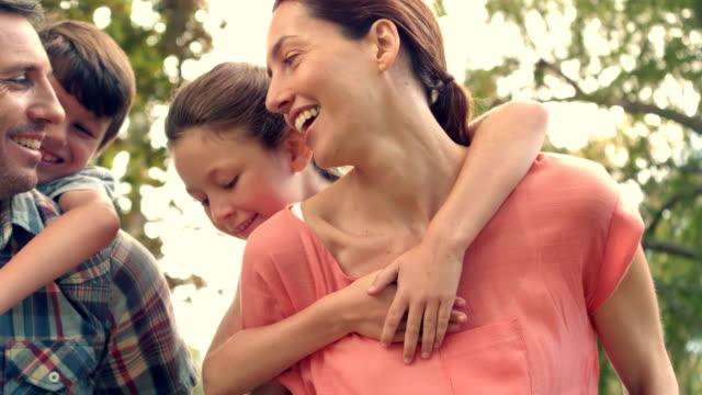 vidéos et rushes de famille heureuse, dans le parc ensemble - activités de week end