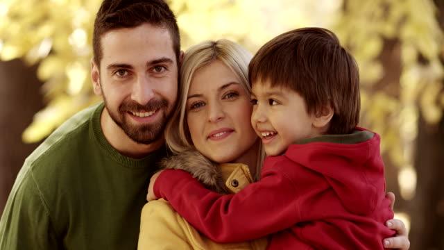 famiglia felice nel parco - woman portrait forest video stock e b–roll