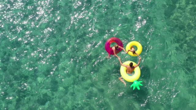 stockvideo's en b-roll-footage met gelukkige familie in het overzees - opblaasband