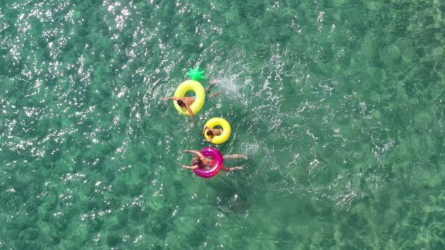 vídeos y material grabado en eventos de stock de familia feliz en el mar - drone footage