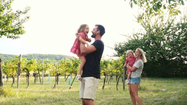 幸せな家族は屋外プレイします。 ビデオ