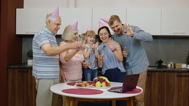 lycklig familj gör födelsedag överraskning skicka gratulationer på nätet med laptop under coronavirus - birthday celebration looking at phone children bildbanksvideor och videomaterial från bakom kulisserna