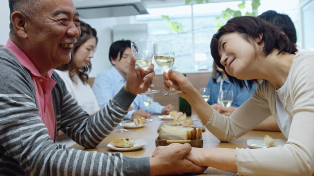 日本の家で幸せな家族の食事 - 家族での夕食点の映像素材/bロール