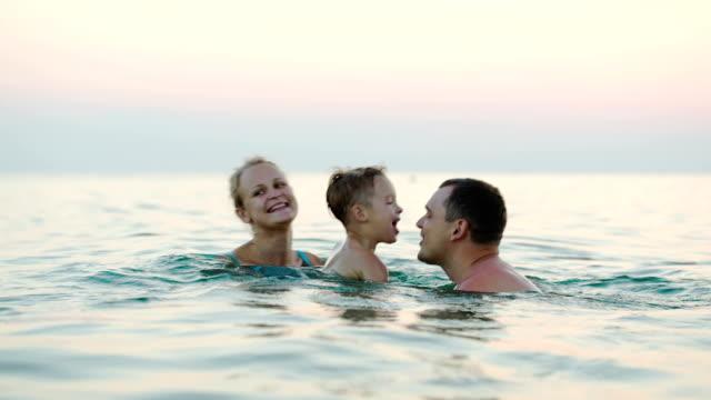 3 つの幸せな家族の海で水浴び - 息子点の映像素材/bロール