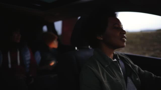 stockvideo's en b-roll-footage met gelukkig gezin van drie die van hun tijd in een auto geniet - er even tussenuit