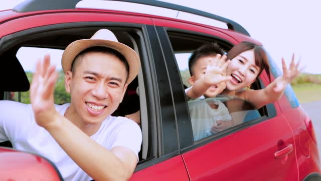 車の中でロードトリップで幸せな家族 - 楽しい点の映像素材/bロール