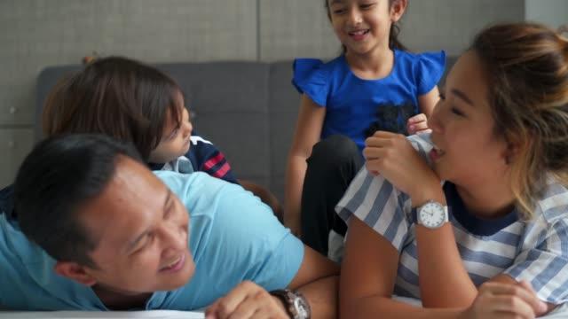 Glückliche Familie auf dem Bett zusammen – Video