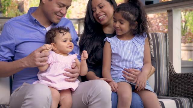vídeos de stock, filmes e b-roll de família feliz ao ar livre - dia dos pais
