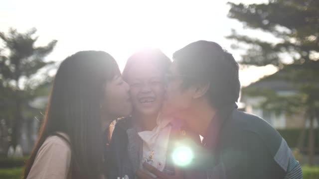屋外で幸せな家族 - 母娘 笑顔 日本人点の映像素材/bロール