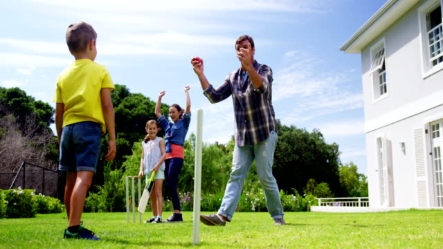 vídeos y material grabado en eventos de stock de cricket juego familia feliz - críquet