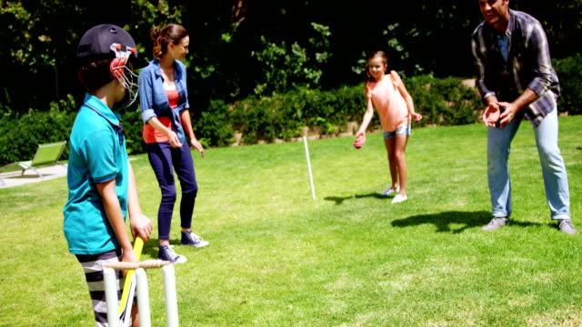 Glückliche Familie spielen cricket – Video
