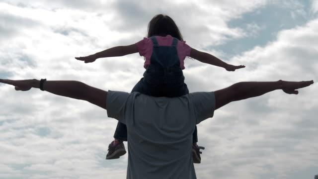 vídeos de stock, filmes e b-roll de família feliz jogando juntos. um homem está brincando com uma criança. - pai e filha