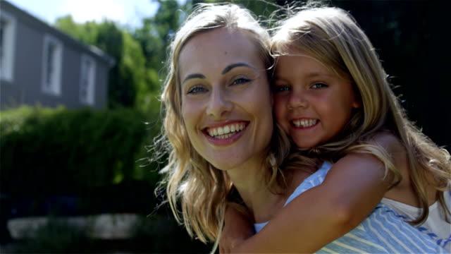 vídeos y material grabado en eventos de stock de feliz familia posando juntos - madre e hijos