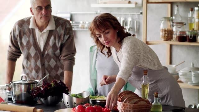 vidéos et rushes de famille heureuse préparant la salade saine - 40 44 ans
