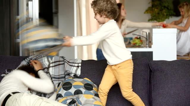 lycklig familj umgås med små barn på home concept - cosy pillows mother child bildbanksvideor och videomaterial från bakom kulisserna