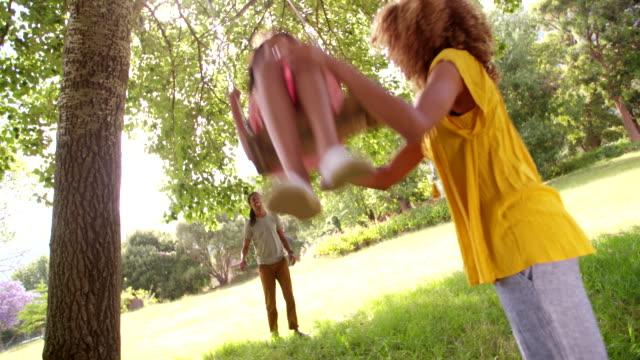 glückliche familie verbringt zeit im freien für das wochenende. - kind schaukel stock-videos und b-roll-filmmaterial