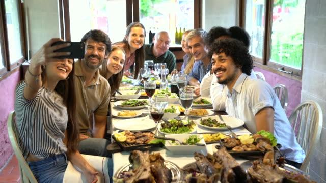 vídeos y material grabado en eventos de stock de familia feliz tomando un selfie en el restaurante - memorial day weekend