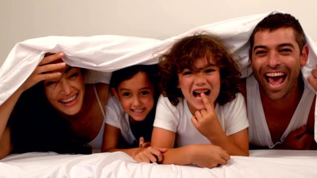 stockvideo's en b-roll-footage met gelukkige familie onder de deken - dekbed