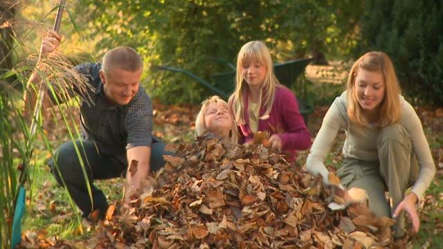 stockvideo's en b-roll-footage met hd dolly: happy family - vier personen