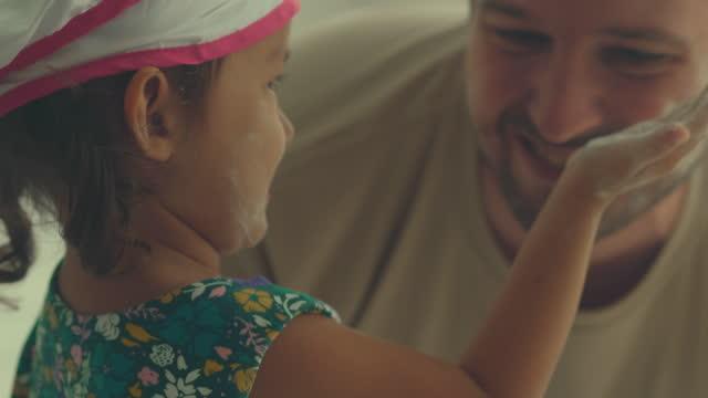 lycklig familj - enbarnsfamilj bildbanksvideor och videomaterial från bakom kulisserna