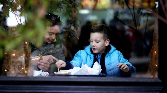 vídeos de stock e filmes b-roll de happy family - fast food