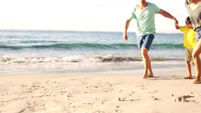幸せな家族の歩行、サンド ビデオ