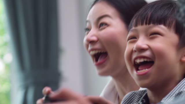 小さな息子と幸せな家族 - child点の映像素材/bロール