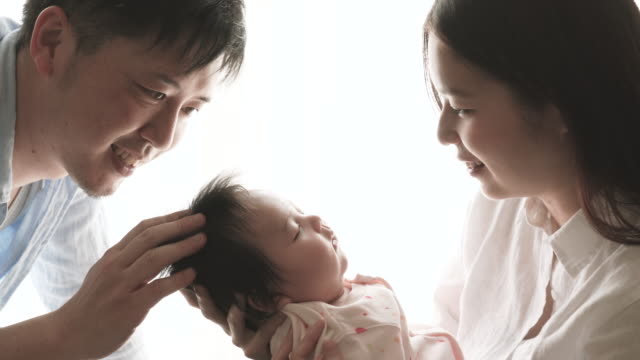 glückliche familie mit dem neugeborenen babys - verheiratet stock-videos und b-roll-filmmaterial