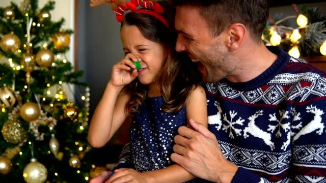 lycklig far och dotter fira jul och nyårsafton - christmas gift family bildbanksvideor och videomaterial från bakom kulisserna
